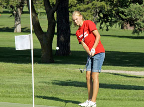 Amy Ahlers chips onto #1 green