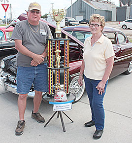 Joan Schalk presented the Best of Show trophy in memory of her late husband.